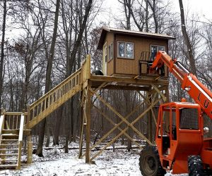 lift-setting-deer-stand-on-elevated-platform