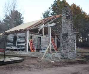 custom-construction-rebuilding-roof-with-logs
